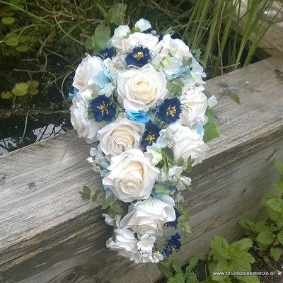 Zijden bruidsboeket druppelmodel blauw en creme
