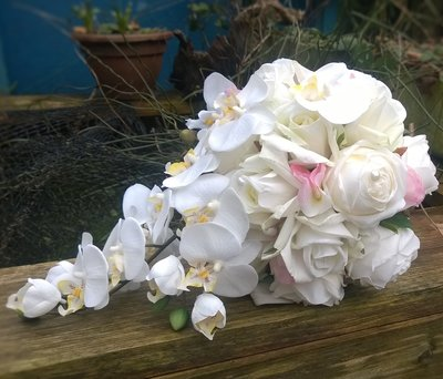 Zijden druppelvormig bruidsboeket rozen en orchidee