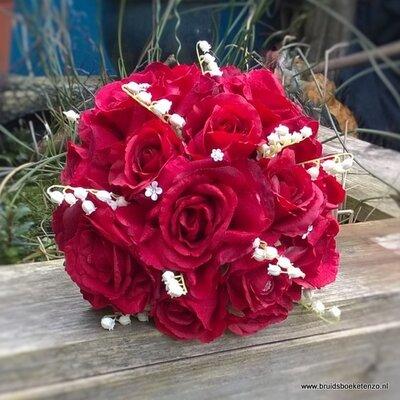 Zijden bruidsboeket van grote rode rozen en Lelietje-van-dalen